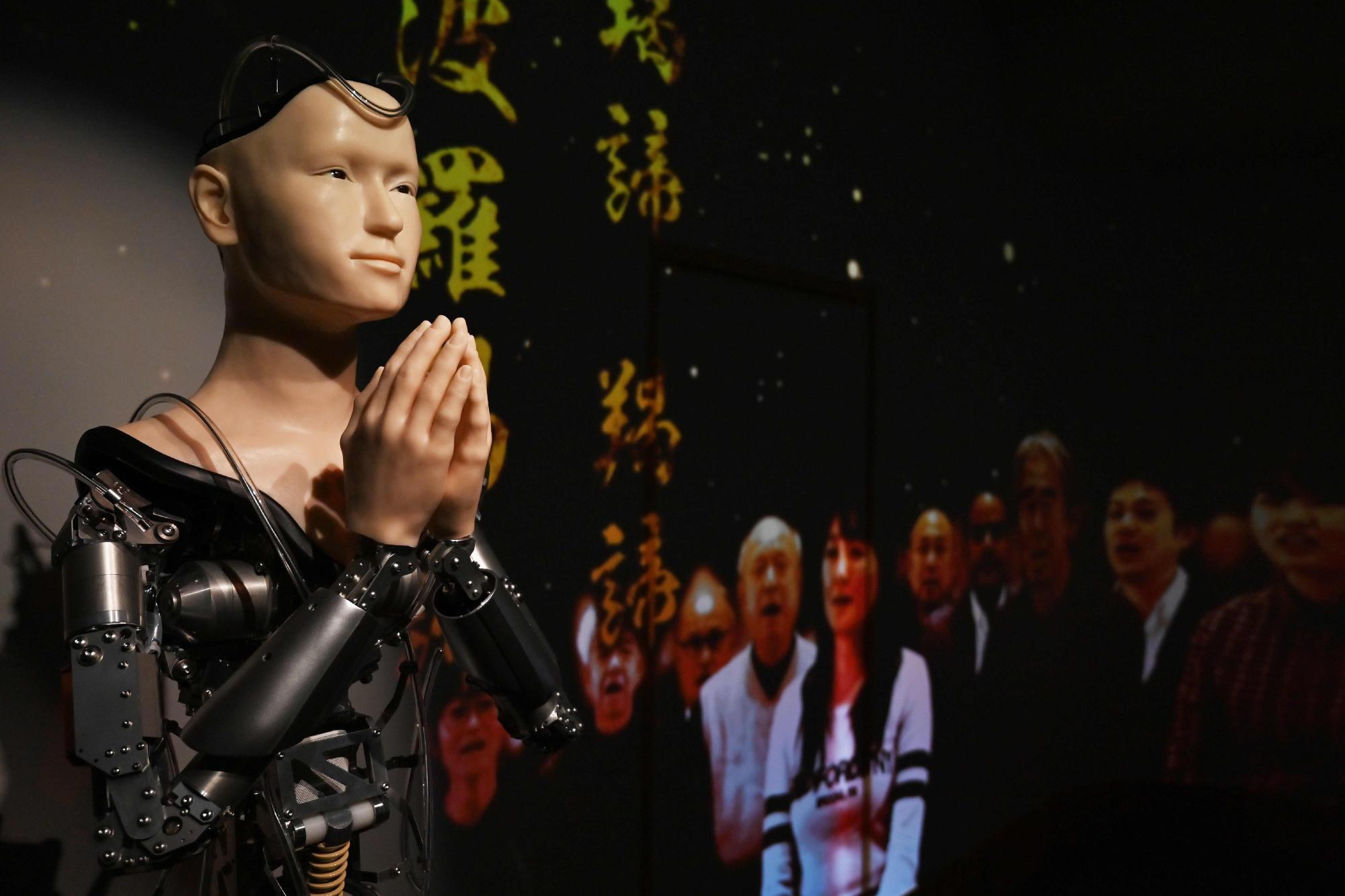 जापानको बौद्ध गुम्बामा रोबर्ट पुजारी