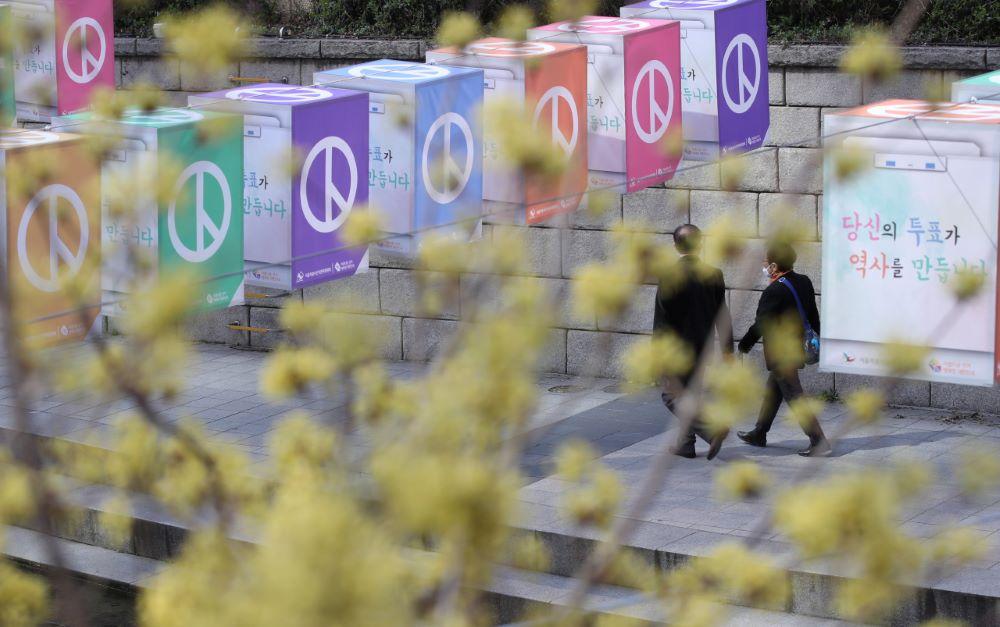 दक्षिण कोरियामा कोरोना संक्रमणकै विच संसदीय चुनाव,घरबाटै मतदान