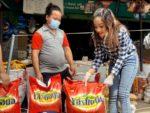 नायिका प्रतिक्षा खड्का द्वारा पिडित परिवारहरु लाइ खाद्यान्न सहयोग
