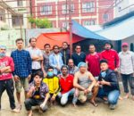 नयाँ बसपार्क युवा समूह द्वारा निम्नबर्गका पिडितहरुलाई दैनिक खाना खुवाउँदै