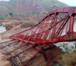 भीषण हावाहुरीले निर्माणाधीन पुल उडायो